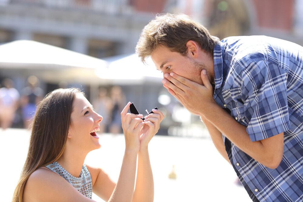 Девушка сама делает предложение мужчине