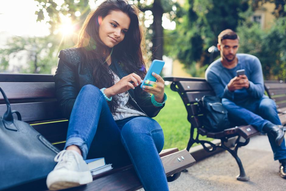 Девушка читает сообщения от бывшего
